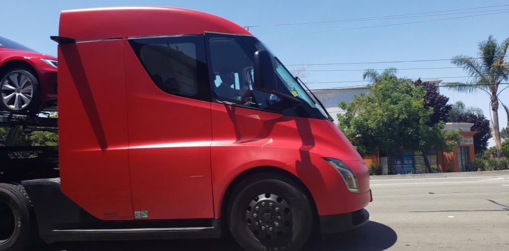 Tesla Semi spotted being used to deliver cars in end-of-quarter push